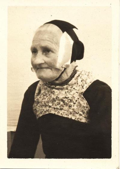 Vrouw in streekdracht uit Doornspijk, circa 1940
