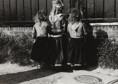 Drie zusjes in Marker dracht, 1943