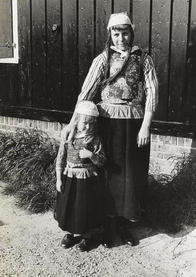 Meisje en vrouw in Marker dracht, 1943