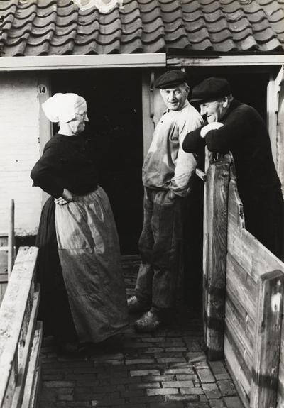Vrouw en twee mannen in streekdracht, Katwijk aan Zee, 1942