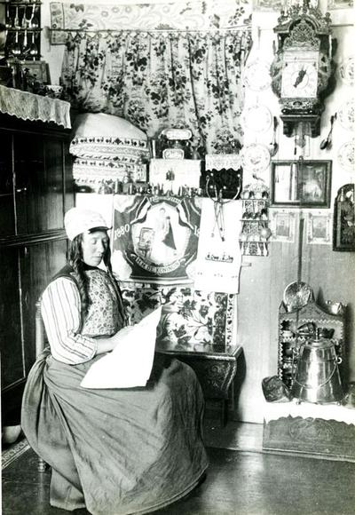 Vrouw in Marker dracht in traditioneel Marker interieur