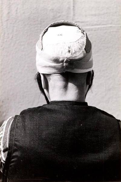 Demonstratie van het zetten van de 'grote kap', Marken, 1943