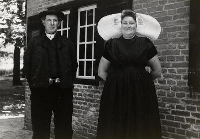 Man en vrouw in protestantse Zuid-Bevelandse streekdracht, 1949