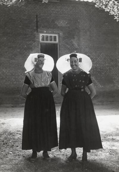 Vrouwen in protestantse Zuid-Bevelandse dracht, 1949