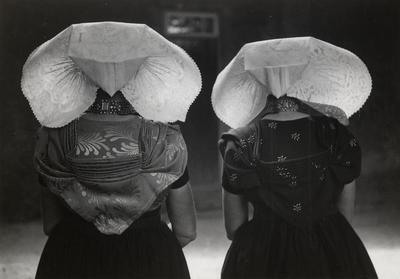 Twee vrouwen in protestantse Zuid-Bevelandse streekdracht, 1949