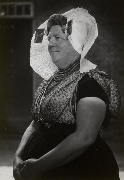 Vrouw in protestantse Zuid-Bevelandse streekdracht, 1949