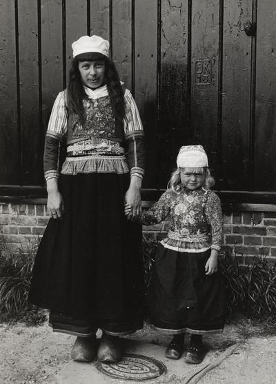 Vrouw en meisje in Marker dracht, 1943