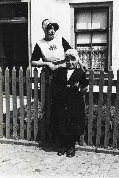 Vrouw en meisje in Urker dracht, 1943