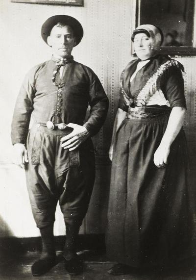 Echtpaar Romkes in Urker dracht, circa 1916