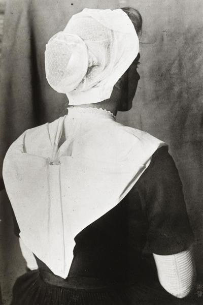 Weesmeisje uit het Burgerweeshuis in Amsterdam, 1910-1916