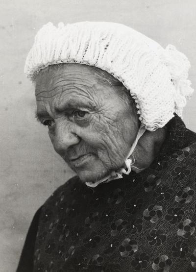 Mevrouw Kemker uit Workum in Friese dracht, 1943