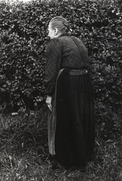 Johanna Ratsma uit Workum in Friese dracht, 1943