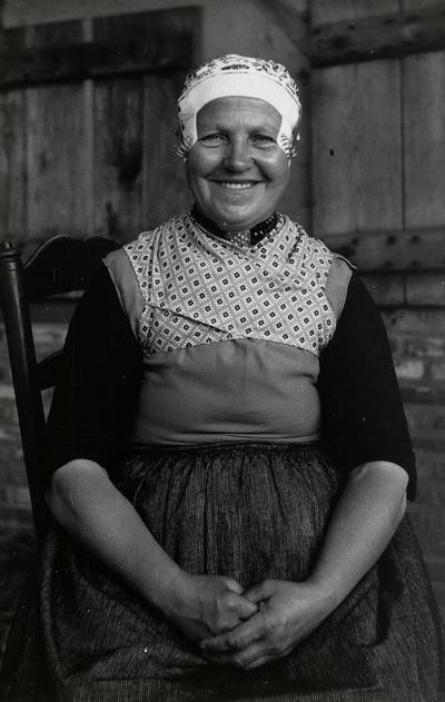Maria Karssen-Westhuis uit Doornspijk in Veluwse dracht, 1949