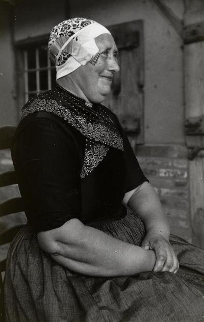 Grietje Vis uit Doornspijk in Veluwse dracht, 1949