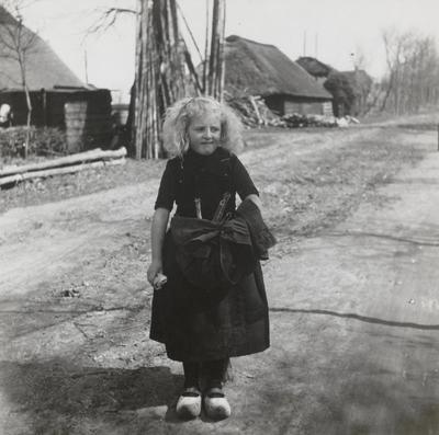 Meisje in streekdracht uit Hierden, 1942