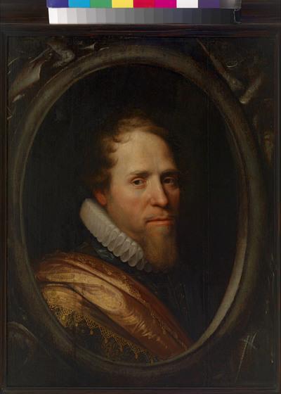 Portret van Maurits, prins van Oranje, binnen geschilderd en geornamenteerd ovalen cartouche, waarbij de prins is afgebeeld met het gezicht trois-quart naar rechts en met een molensteenkraag om de hals. Van prins Maurits is een groot aantal portretten in omloop. Deze zijn vrijwel allemaal ontstaan in het atelier van de Delftse portretschilder Michiel Jansz. van Mierevelt (1567-1641). Het eerste dateert uit 1601 en werd door Mierevelt eigenhandig geschilderd, nadat de prins het jaar daarvoor een overwinning had behaald in de Slag bij Nieuwpoort. Prins Maurits was een held en hij werd door de Staten-Generaal voor zijn succes beloond met een prachtig gouden harnas, dat versierd was met ingeëtste decoraties. Op zijn portret draagt hij dit harnas, terwijl hij over zijn schouder een oranje sjerp heeft geknoopt, het herkenningsteken van de officieren in het Staatse leger. Het portret uit 1601, dat zich nu in het Rijksmuseum in Amsterdam bevindt, diende als uitgangspunt voor alle volgende portretten van de prins. Hij had een hekel aan poseren en deed dat later niet meer. De schilder, Van Mierevelt, slaagde erin de prins op zijn latere portretten steeds een beetje ouder te maken. Mogelijk kon hij hem hiervoor observeren in Den Haag, op straat, in de kerk of tijdens zijn veldtochten. Uit recent onderzoek is vast komen te staan dat Van Mierevelt voor portretten die vaak moesten worden herhaald, gebruik maakte van geperforeerde tekeningen van het hoofd. Door met een kwast met grafiet hier overheen te strijken, kwamen de omtreklijnen op het doek of paneel te staan. Zonder al te veel moeite kon een medewerker of leerling het portret nu schilderen. De meester zelf zorgde dan voor de 'finishing touch', zodat het schilderij de karakteristieken van een (in dit geval) echte Van Mierevelt vertoonde. Het hier getoonde portret van prins Maurits is ook op deze wijze ontstaan. Wat het echter bijzonder maakt, is dat de figuur van de prins in een ovaal kader is gevat, waarvan de hoeken versi