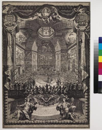 Zeer uitvoerige voorstelling van het bal in de Oranjezaal van Huis ten Bosch, die tot aan de zoldering met alle schilderingen op de muur is afgebeeld. Deze prent van Daniel Marot (1661-1752) is in meerdere opzichten opmerkelijk, namelijk door de verbluffende etstechniek, het illusionistische perspectief en de combinatie van allegorie en realiteit. Wij kijken door een denkbeeldig venster, dat op de plek van de schoorsteen is gesitueerd, de indrukwekkende Oranjezaal in. Met grote nauwgezetheid zijn de schilderingen, die het leven van prins Frederik Hendrik verheerlijken, weergegeven. Maar ook de figuurtjes zijn gedetailleerd uitgewerkt. Recht tegenover ons, te midden van haar 'Hof juffers' zit de prinses van Oranje, Mary Stuart, die dit bal gaf ter ere van de verjaardag van haar echtgenoot prins Willem III (14 november). Het is de eerste keer dat de Oranjezaal hiervoor het toneel vormde. Pas enkele maanden daarvoor had de Prins de beschikking over het Huis ten Bosch gekregen, nadat zijn tante Albertina Agnes het paleis aan hem had overgedragen. De prins woonde overigens zelf de festiviteiten niet bij. Maar er waren wel andere belangrijke gasten. Links bijvoorbeeld staat Philips Willem prins van Brandenburg, van wie gezegd werd dat hij door zijn kinderloze oom, de Prins van Oranje, tot erfgenaam zou worden benoemd. Onder de toeschouwers rechts is een viertal heren in exotische kledij te zien met een tulband op het hoofd: de ambassadeur van Marokko en zijn gevolg. De voorstelling wordt aan de bovenzijde omsloten door een brokaten gordijn, dat opgehouden wordt door twee putti, die tevens het portret tonen van de Prinses van Oranje, de gastvrouw van de avond. Twee kleine voorstellingen in medaillons sieren de bovenhoeken: een met het buitenaanzicht van het paleis en de tekst 'Aansien van vooren van 't Hus in 't Bosch' (met Franse vertaling)', de andere met het feestmaal dat de prinses haar Hofjuffers aanbood en de tekst 'Festein door H.K.H. aan de Hoffjuffers gegeve' (met
