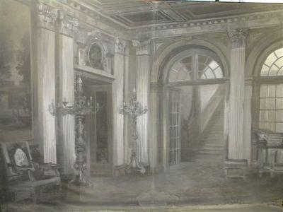 Een unieke positie binnen de afdeling historische fotografie wordt ingenomen door twee monumentale schilderijen in grisaille op doek: decors uit de voormalige portretstudio van Paleis Het Loo. De doeken (hoogte 2,45 m x breedte 3,45 m) zijn aan drie zijden vastgezet op een houten frame, dat op een verrijdbaar metalen onderstel is gemonteerd. Aan de onderzijde loopt het schilderij uit in een egaal antraciet geschilderde flap van circa anderhalve meter lang. Deze werd op de vloer van de fotostudio ontrold, waarmee (op de uiteindelijke foto) een vloeiend verloop van voor- en achtergrond ontstond. Aan het begin van de twintigste eeuw leenden de schemerdonkere vertrekken van Paleis Het Loo zich slecht voor het maken van portretten. De fotografische emulsies waren relatief ongevoelig, met lange belichtingstijden tot gevolg. Betrouwbaar elektrisch studiolicht werd pas in de jaren twintig geïntroduceerd. Bij de uitbreiding van Het Loo (gerealiseerd tussen 1911 en 1914) werd daarom aan de oostelijke vleugel van het paleis, hoog op de nieuwe, extra verdieping, een daglichtstudio gerealiseerd (vijf meter breed en tien meter diep), met aan de noordkant grote ramen in wand en dak. In deze daglichtstudio was wel voldoende licht voor het maken van portretten. Om ook over een koninklijke ambiance te kunnen beschikken, werden twee representatieve ruimtes uit het paleis nageschilderd, respectievelijk de Vestibule en de Nieuwe Eetzaal. Dit gebeurde door de Rotterdamse decoratieschilder W.A. Fabri (1853-1925) naar opnames van hoffotograaf J.J.M. Guy de Coral (1868-1930). De keus voor grijstinten heeft vooral een pragmatische reden: er werd nog nauwelijks in kleur gefotografeerd en voor een zwart-witopname volstond een suggestief decor in grisaille. Guy de Coral zelf heeft niet in de Loo-studio gefotografeerd; kort na de oplevering ervan stopte hij als fotograaf en verkocht hij zijn fotohandel. Tussen 1912 en 1929 maakten Herman Deutmann (1870 -1926), Arnold C. Stokhuizen (1891-1970) en