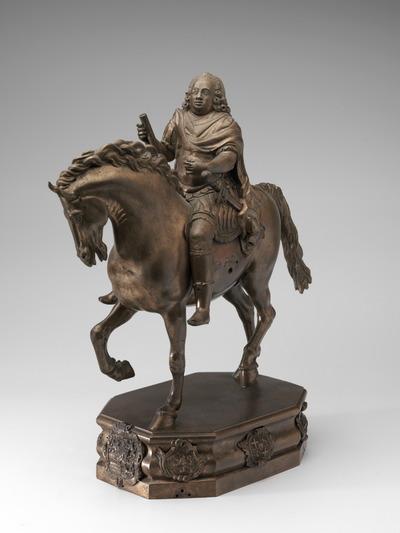Bronzen statuette van Willem IV, prins van Oranje-Nassau, uitgebeeld als Romeins veldheer te paard. De prins draagt in zijn rechterhand een maarschalksstaf en waarschijnlijk oorspronkelijk in de linkerhand de teugels. Aan het paardenhoofd zijn wel aanhechtingen te zien voor een hoofdstel, het hoofdstel zelf ontbreekt echter. Op de voet aan de voorzijde zien we het wapen van Willem IV, prins van Oranje-Nassau in een rococo-cartouche, het lint van de Orde van de Kouseband zien we aan de onderzijde en van de bijbehorende spreuk is alleen 'ONY SOIT MAL Y PENSE' zichtbaar. Het is intrigerend hoe en waarom dit beeld, dat in drieërlei opzicht uniek is, tot stand is gekomen. Waren er al weinig standbeelden van de stadhouders, ruiterstandbeelden waren er helemaal niet ten tijde van de Republiek. Martiale ruiterstandbeelden verbeeldden een macht die niet overeenkwam met de positie van de stadhouders. Voor een voorbeeld van een ruiterstandbeeld van een prins van Oranje moest men naar Engeland of Ierland. Van koning-stadhouder Willem III waren in 1701 in Dublin, in 1734 in Hull en in 1736 in Bristol standbeelden verrezen die hem toonden als Romeins veldheer te paard. Zij gaan in vorm en houding allen terug op het beroemde beeld van Marcus Aurelius in Rome. Dit beeldhouwwerkje van Willem IV (1711-1751) volgt deze traditie. Behalve dat dit stuk het enige ruiterstandbeeld is van een van de stadhouders uit de tijd van de Republiek, is het ook het enige portret van Willem IV te paard. Er zijn geschilderde portretten en een buste van de beeldhouwer Jean Baptiste Xavery van Willem IV in harnas, maar er zijn geen portretten van hem als veldheer te paard, een rol die hij ook nooit heeft vervuld. Ten derde is dit het enige beeldhouwwerk van deze kunstenaar, die als tekenaar en schilder bekend is. Daarnaast maakte Jan Verbruggen (1712-1786) carrière als geschutgieter. Van 1746 tot 1755 was hij meestergieter van de Enkhuizer geschutgieterij, en tot 1770 in Den Haag, waarna hij naar Engelan