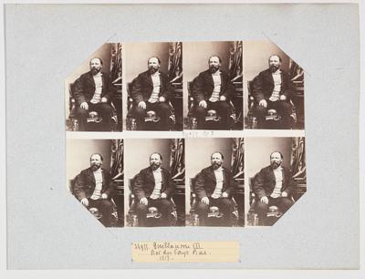 Fotovel op lichtblauwe drager gestoken in schuine sleuven, onversneden, met acht dezelfde foto's in twee rijen boven elkaar. Willem III (1817-1890), koning der Nederlanden, is zittend op een stoel afgebeeld, vrijwel van voren, zonder voeten, het hoofd iets naar links, en gekleed in dagelijks kostuum. Rechts van de koning is een klein deel van een tafel zichtbaar, met daarboven een stukje van glanzend gordijn. In 1854 bedacht de Parijse fotograaf A.A.E. Disdéri (1819-1889) een negatiefformaat waarop portretten konden worden gemaakt, die precies pasten op het destijds populaire kartonnen visitekaartje. Daarmee was het zogenaamde carte-de-visite formaat (ca. 9 x 6 cm) geboren. Om kosten te besparen ontwikkelde hij ook een camera waarmee op één standaard negatiefplaat tot acht verschillende opnames konden worden gemaakt. Hierdoor werd het laten maken van een fotografisch portret voor een breed publiek toegankelijk. In de jaren zestig van de negentiende eeuw was een ware 'cartomanie' het gevolg. Behalve schrijvers, schilders, toneelspelers, musici en andere kunstenaars zag men ook aan de Europese vorstenhuizen al gauw het belang in van dit nieuwe public relations-instrument. Beroemd (of misschien eerder berucht) is de wijze waarop de Duitse keizer Wilhelm II fotografie (en later ook film) inzette om de cultus rond zijn persoon uit te bouwen en te voeden. Vergeleken daarmee stelde zijn Nederlandse familie zich zeer bescheiden en terughoudend op. Helemaal onbetuigd lieten zij zich echter ook niet, getuige dit onversneden vel met acht carte-de-visite portretten van koning Willem III uit ca. 1862, gemaakt in het Parijse atelier van Disdéri. Overigens was deze Parijse societyfotograaf wel zo kien om met de foto's een brief mee te sturen waarin hij verzocht het predikaat hoffotograaf te mogen voeren. Zijn verzoek werd nog hetzelfde jaar ingewilligd. Wat we zien is een contactafdruk van het glazen negatief op een vel goudgetoond albuminepapier. Dit vel werd op een blauw vel pap