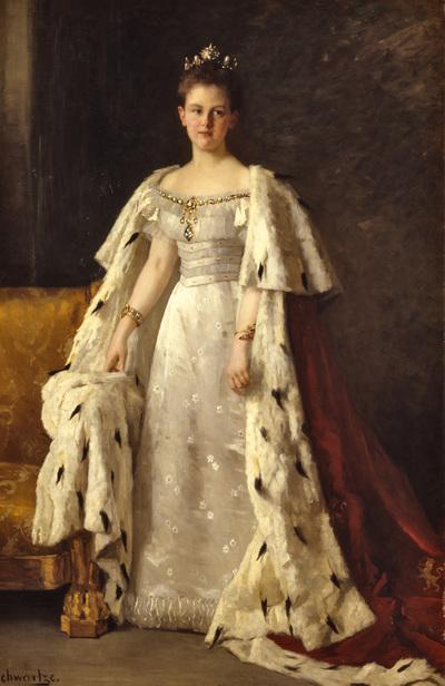Staatieportret van Wilhelmina, koningin der Nederlanden, staande naast een gebeeldhouwde en vergulde zetel met goudgele stoffering, ten voeten uit geportretteerd met het gezicht vrijwel en face. Tot de meest geliefde schilderijen in Paleis Het Loo behoort ongetwijfeld het portret waarvoor Thérèse Schwartze (1851-1918) in 1897, voorafgaand aan de inhuldiging van de jonge koningin Wilhelmina, de opdracht van koningin Emma ontving. Het inhuldigingsportret is gemaakt aan de hand van foto's, die speciaal voor dit doel zijn gemaakt door de Haagse fotograaf Richard Kameke. De jonge koningin draagt hier een japon met ingeweven margrieten (symbool van de onschuld) van het Parijse modehuis Nicaud. De zware koningsmantel is losjes om haar schouders geslagen en onttrekt de zetel deels aan het zicht. Vergelijking met de foto's leert dat de schilderes dit beeld heeft aangepast aan de klassieke eisen van het geschilderde staatsieportret. De figuur is wat slanker gemaakt en het hoofd wat kleiner, waardoor de beschouwer als het ware is gedwongen omhoog te kijken. De decoratie op de japon is vereenvoudigd, zodat de nadruk op de juwelen - een fonkelende diadeem in het haar, langs het decolleté een diamanten snoer met centraal een hangend juweel van grote diamanten, een armband van diamantstrengen en (mogelijk) een horloge om de rechterpols en een slangenarmband met robijnen om linkerpols- valt. De armen volgen de verticale lijnen in het beeld, waardoor het oog als vanzelf omhoog wordt geleid. De donkere achtergrond leidt de aandacht van de figuur niet af. Bij wijze van uitzondering kreeg Thérèse Schwartze toestemming het schilderij te exposeren op de 'Nationale Tentoonstelling van Vrouwenarbeid', die in de maanden juli, augustus en september 1898 ter gelegenheid van de inhuldiging in Den Haag werd gehouden. Het portret van de jonge koningin vormde het hoogtepunt van de expositie in het paviljoen Beeldende Kunsten. Er werden direct al kleurenreproducties van vervaardigd. Hierdoor raakt