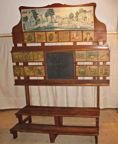 Schoolbord met uitneembaar krijtbord (02761-02) voorzien van uitwisselbare vertelplaat (02761-01) en achttien woordplaatjes.