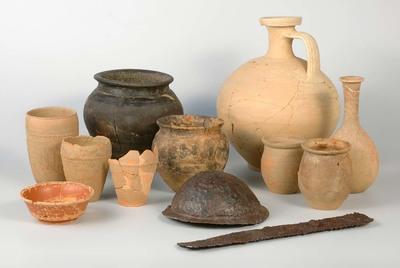 Depot van parfumflesje, kruik, bakje, drinkbekers en kookpotten van aardewerk en schildknop en zaag van ijzeren uit de Romeinse tijd. Een bijzondere groep aardewerk is samen met een ijzeren schildknop en een stuk van een ijzeren spanzaag gevonden in de grote legerplaats op de Hunerberg uit de tijd van keizer Augustus. Het lijkt hier te gaan om de inhoud van een kuil, waarin het aardewerk en de andere voorwerpen bewust zijn neergelegd. Waarom dat is gedaan is niet duidelijk.