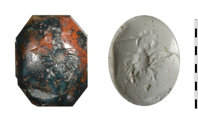 Gem van gesneden natuursteen (heliotroop) uit de Romeinse periode. Afgebeeld is een schorpioen, van bovenaf gezien. Dompierre benoemt in zijn inventaris een gem (jaspis) met een afbeelding van een spin. Wellicht dezelfde gem.