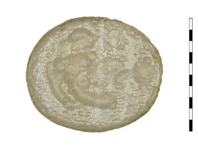 Gem van gesneden glas als imitatie van natuursteen (agaat) uit de Romeinse periode. Afgebeeld is een naakte man, die achterover leunt tegen een rechtopstaand schild. Hij is naar links gericht. Aan de rechterkant voor hem een tweede schild. Maaskant identificeert de man als Othryades.