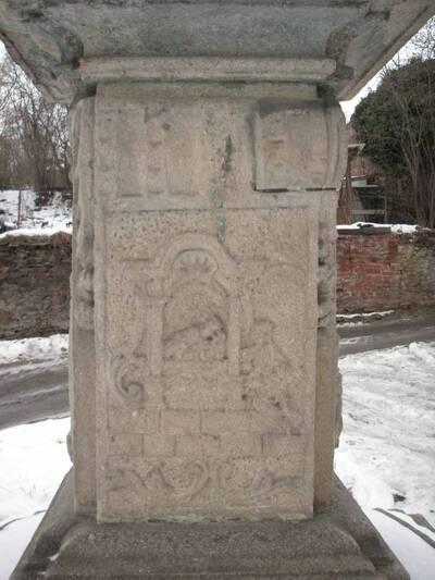 Horšovský Týn, okres Domažlice, bývalý kapucínský klášter, socha sv. Jana Nepomuckého, kamenný podstavec, reliéf Zpověď královny.