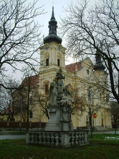 Brno, okres Brno-město, kostel Zvěstování Panny Marie č.p. 85, Hanácká č.o. 2, pohled od severozápadu, v popředí sousoší Immacul...