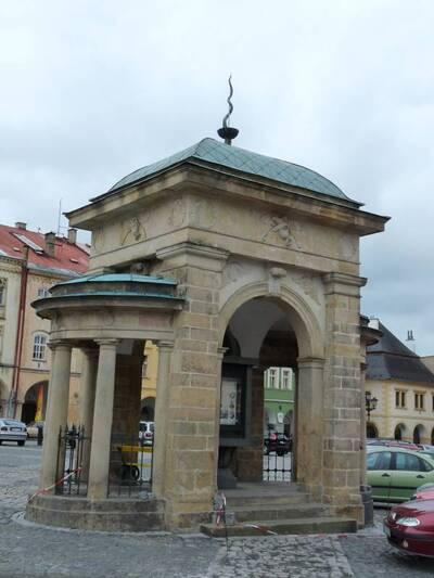 Jičín, Staré Město, Valdštejnovo náměstí - Kašna korunovační