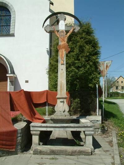 Třeštice - kříž - u kostela - celkový čelní pohled od JV