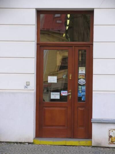 Bílovec č.p. 13, Slezské náměstí 38, městský dům č.p. 13. Pohled od Z, vstupní dveře.