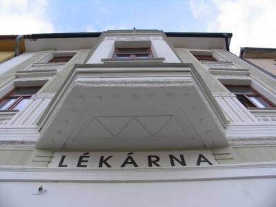 Bílovec č.p. 13, Slezské náměstí 38, městský dům č.p. 13. Pohled od Z, spodní část arkýře.