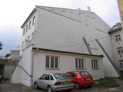 Bílovec č.p. 13, Slezské náměstí 38, městský dům č.p. 13. Pohled od S, boční štítová strana s přístavbou.