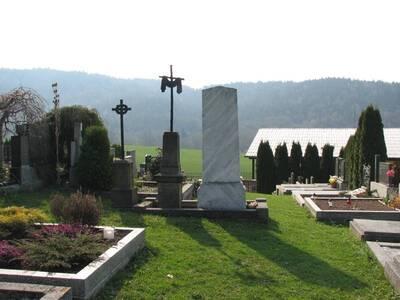 Rusava,  pohled na 3 pomníky na hřbitově (zachyceny na snímku uprostřed): zprava pomník Daniela Slobody, uprostřed pomník Julián...