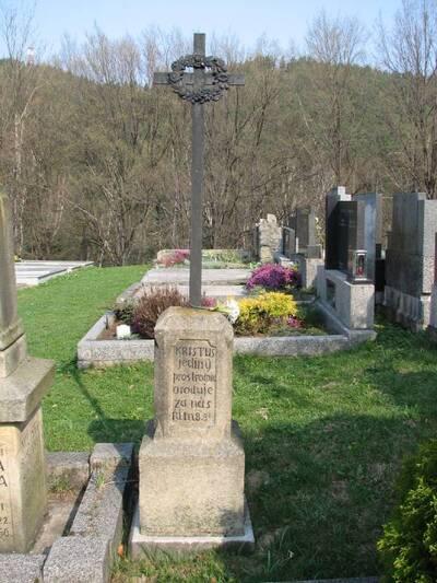 Rusava, 3 pomníky na hřbitově, z toho jen: pohled na pomník 26 občanům (kteří podlehli v r. 1866 choleře)