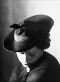 Primo piano di donna con cappellino