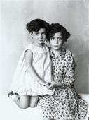 Due sorelle abbracciate