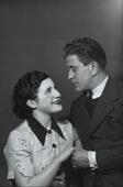 Coppia di giovani sposi in atteggiamento affettuoso