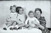 Nonna accanto alle tre nipoti