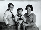 Madre con bambini vestiti alla marinara