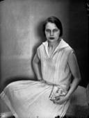Ritratto di Marion Wulz con un abito di Anita Pittoni