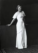 Ritratto di giovane donna in abito da sera bianco