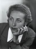 Ritratto di giovane donna con sigaretta
