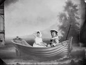 Anna ed Antonio Trombetta jr.  in abito elegante su una barchetta (scenario di studio)