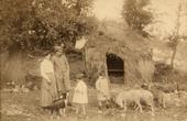 Alfredo Trombetta in divisa militare con la moglie e due figli in campagna al Villino Cerio