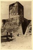 Veduta della Torre di Federico II a Termoli. In basso donne con bambini che portano delle ceste sopra la testa.