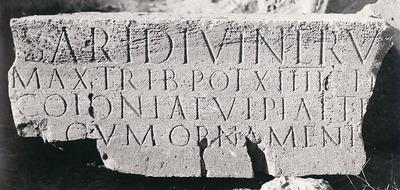 Building dedication of arch to Trajan